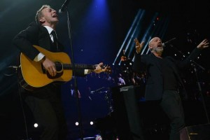 Chris Martin из Coldplay и Michael Stipe из REM: Losing My Religion на 121212